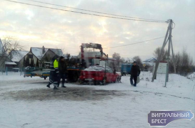 Авария в Кобрине в речку съехала машина
