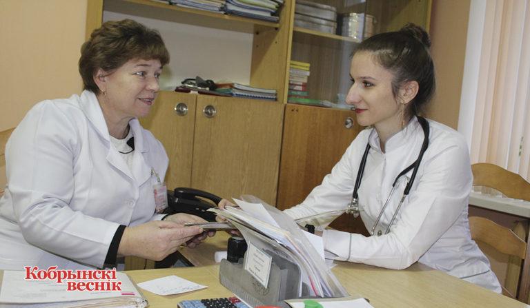 Ольга Логвин (справа) и участковая медсестра общей практики Мария Герман оформляют медицинские карты пациентов