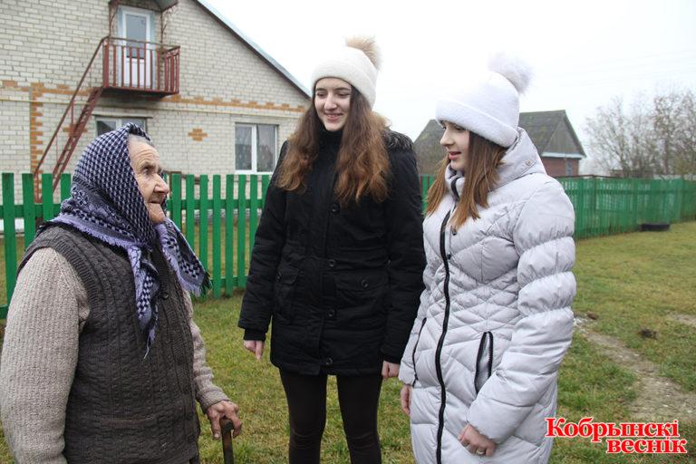 Учащиеся Киселевецкой СШ – частые гости у Лидии Ширимук. Фото Елена Бакун