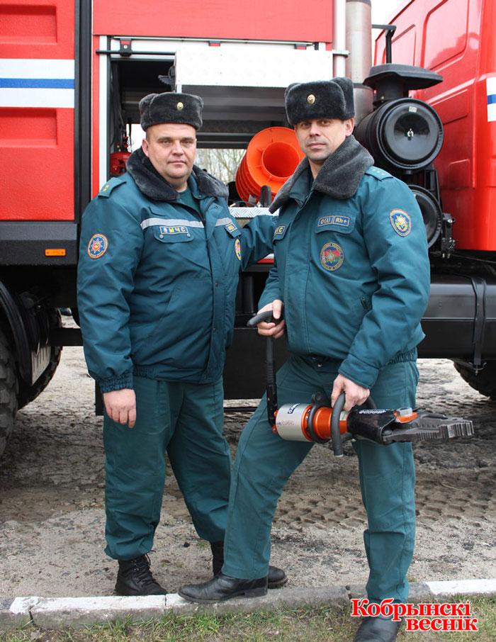 Юрий Остапук (слева) и начальник ПАСП-12 Александр Иванов проверяют готовность автомобиля АЦ 10,0-40 к выезду. Фото: Жанна Елизарова