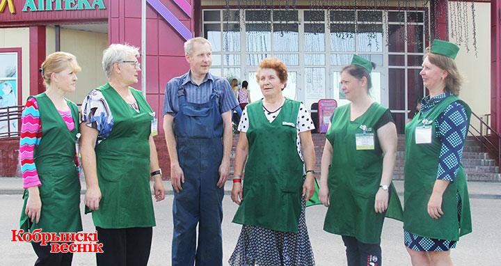 Коллектив магазина «Гермес» с заведующим Маргаритой Антоновой (вторая слева).