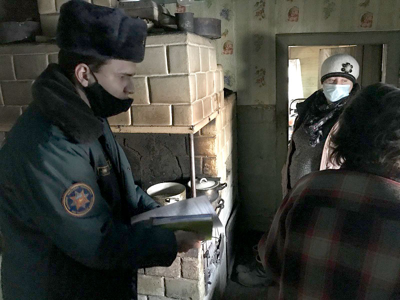 работники Кобринского районного отдела по ЧС проводят пожарно-профилактическую работу в жилом секторе