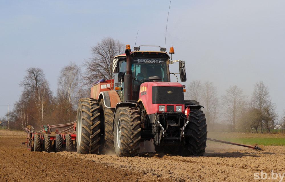 Трактор, поле посевная в Кобринском районе